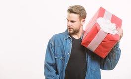 Wei?er Hintergrund der Hippie-Denimhemdgriff-Geschenkbox Liebe und romantisches Gef?hlskonzept Blumenstrau? von Rosen im Hintergr stockfotografie