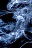 Wei?er und blauer Rauch lokalisiert auf schwarzem Hintergrund stockbilder