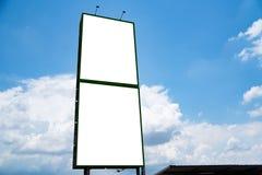 Wei?es Segeltuchmodell des Anschlagtafelfreien raumes f?r Werbung- im Freienplakat oder leere Anschlagtafel zur Tageszeit stockfotos