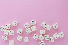 Wei?es Spiel w?rfelt auf violettem Hintergrund E Flache Lageart, Platz f?r Text r lizenzfreie stockfotografie