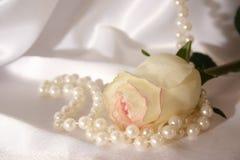 Weiß rosafarben und Perlen Stockfotografie
