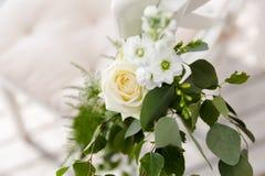 Wei?rose in einem Blumenstrau? stockfotografie