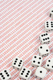 Weiß würfelt auf Binärzahlen Lizenzfreies Stockfoto