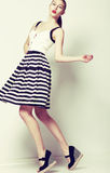 Weiblich. Art der Mode-60s. Recht stilvolle Frau im Retro- kurzen Kleid lizenzfreie stockfotos