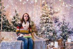 Weiblich, auf jemand beim Sitzen wartend auf einem Schwingen mit einem freien Raum Lizenzfreies Stockfoto