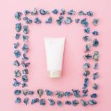 Weiblich bilden Sie die Sahne- und blauen Blumen auf rosa Hintergrund Schönheit Blogger Flache Lage, Draufsicht lizenzfreie stockfotos