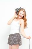 Weiblich, den Spaß habend, der auf Kopfhörer hört Lizenzfreies Stockfoto