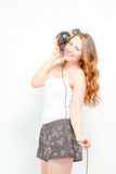 Weiblich, den Spaß habend, der auf Kopfhörer hört Lizenzfreie Stockfotografie