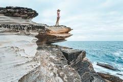 Weiblich, die Kurnell-Küstenlinie bewundernd lizenzfreies stockbild