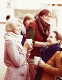 Weiblich, Tee auf Terrasse trinkend Stockfotos