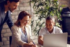 Weiblich und männlich mit dem Manager, der herein Entwurf vom Unternehmensplan von macht stockfotografie