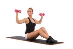 Weibliche Übungsschultern auf aerober Matte Stockbild