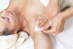 Weibliche Achselhöhleenthaarung in einem Schönheitssalon lizenzfreies stockfoto