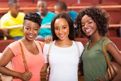 Weibliche afrikanische Studenten der Gruppe stockfotografie