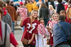 Weibliche Alabama-Fan-Haltung für Foto außerhalb Georgia Domes Stockbilder