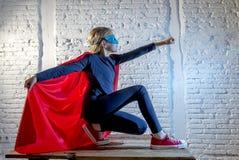 Weibliche alte junge Mädchen des Kind 7 oder 8 Jahre, die glückliche und aufgeregte Aufstellungstragende Kappe und Maske in Super stockfotografie
