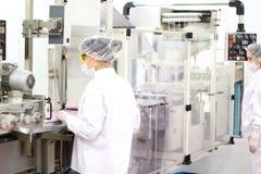 Weibliche Arbeitskräfte an der pharmazeutischen Fabrik Stockbilder