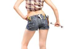 Weibliche Arbeitskraft, die einen Schlüssel anhält Stockfoto