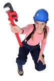 Weibliche Arbeitskraft, die Schlüssel anhält Lizenzfreies Stockbild
