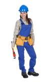 Weibliche Arbeitskraft, die Schlüssel und Werkzeugkasten hält Stockfoto
