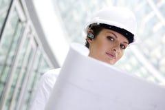 Weibliche Architektenholdinglichtpausen Stockfotografie
