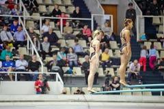 Weibliche Athleten bereit zum Sprung Lizenzfreie Stockfotografie