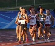 Weibliche Athleten der Bahn, die Sonne Kanada laufen lassen Lizenzfreie Stockfotografie