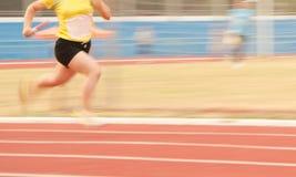 Weibliche Athleten, die auf der Bahn laufen Stockfotografie