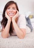 Weibliche Aufstellung des schönen Brunette beim Lügen lizenzfreie stockbilder