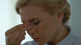Weibliche Augen fühlen sich trocken und brennen, Syndrom des maschinellen Sehens, überarbeiteter Angestellter stock video