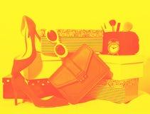 Weibliche Ausstattungszusammensetzung der Draufsicht: Zusatzschuhe, Handtaschenkupplung, Sonnenbrille, Kosmetikmake-up, Wecker au lizenzfreie stockfotos