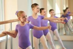 Weibliche Balletttänzer, die Wiederholung haben lizenzfreie stockfotografie
