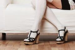 Weibliche Beine in auf den Fersen gefolgten Schuhen der Wollstrümpfe Lizenzfreie Stockfotografie