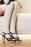 Weibliche Beine in auf den Fersen gefolgten Schuhen der Wollstrümpfe Lizenzfreie Stockbilder
