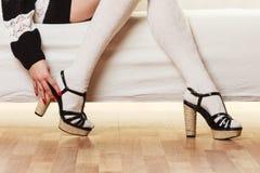 Weibliche Beine in auf den Fersen gefolgten Schuhen der Wollstrümpfe Stockfotos