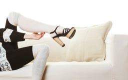 Weibliche Beine in auf den Fersen gefolgten Schuhen der Wollstrümpfe Lizenzfreie Stockfotos