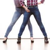 Weibliche Beine in auf den Fersen gefolgten Schuhen des Denims Hosen Stockbild