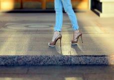 Weibliche Beine in den Fersen Stockbilder