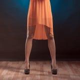 Weibliche Beine in den hohen Absätzen auf Partei Stockfotografie