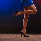 Weibliche Beine in den hohen Absätzen auf Partei Stockbild