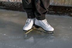Weibliche Beine in den Rochen auf dem Eis im Winter Stockfoto