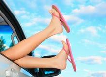 Weibliche Beine in den rosa Sandalen Stockfotografie
