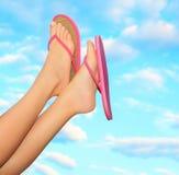 Weibliche Beine in den rosa Sandalen Stockfotos