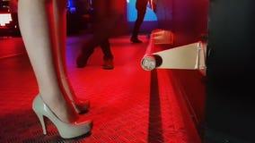 weibliche Beine in den Schuhen des hohen Absatzes in der Stange, stillstehender Nachtklub der attraktiven Frau stock video footage