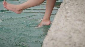 Weibliche Beine der Draufsicht in Wasser Frau, die mit Füßen im Ozean spritzt und spielt stock video footage