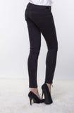 Weibliche Beine in der Hose und in den Schuhen des hohen Absatzes Stockbilder