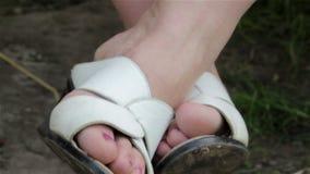Weibliche Beine, die auf einem Schwingen schwingen stock video footage