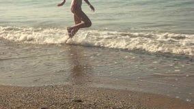 Weibliche Beine, die draußen, LangsammO laufen stock footage