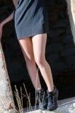 Weibliche Beine, die Kleid und Fersen, Körperteilfoto tragen Lizenzfreies Stockbild