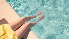 Weibliche Beine im Swimmingpool stock video